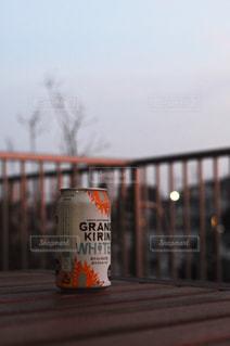 木の棒をビールのグラスの写真・画像素材[1321392]