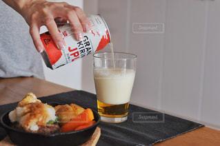 食べ物やテーブルに飲み物のプレートの写真・画像素材[1321399]