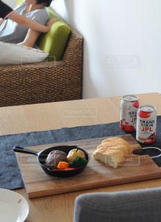 食品のプレートをテーブルに着席した人の写真・画像素材[1321400]