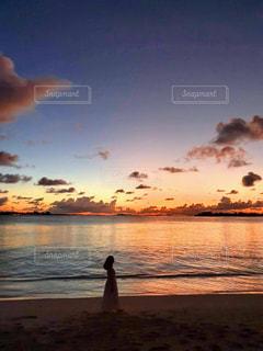 女性,海,夕日,夜景,雲,夕焼け,黄昏