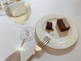 食べ物,夜,ケーキ,屋内,デザート,フォーク,テーブル,スプーン,皿,食器,チョコレート,バー,白ワイン,レシピ,スパークリングワイン,フォトジェニック,二次会,チョコレートブラウニー,インスタ映え