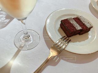 食べ物,ケーキ,ジュース,デザート,フォーク,テーブル,スプーン,皿,食器,チョコレート,カクテル,バー,ドリンク,白ワイン,スパークリングワイン,フォトジェニック,物,二次会,チョコレートブラウニー,インスタ映え
