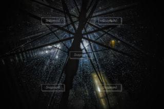 夜,夜空,雨,傘,屋外,水滴,暗い,外,街灯,あめ,明るい,よる,かさ