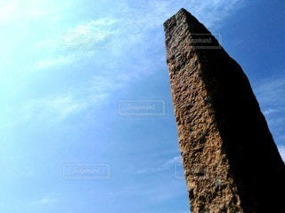そびえ立つ石碑の写真・画像素材[3096456]