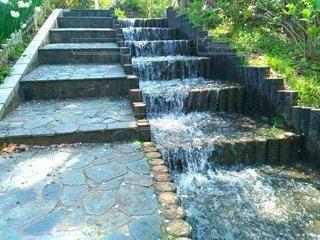 階段と水路の写真・画像素材[3096465]