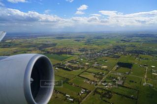 山を背景にした飛行場の大きな飛行機の写真・画像素材[3210079]