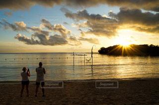 ビーチの前に立っている人々のグループの写真・画像素材[3478663]