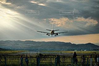 フェンスの上を飛んでいる飛行機の写真・画像素材[3478671]