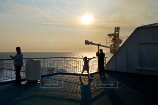 夕陽を眺める人々の写真・画像素材[3478669]