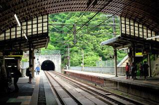 駅に座っている人々のグループの写真・画像素材[3660233]