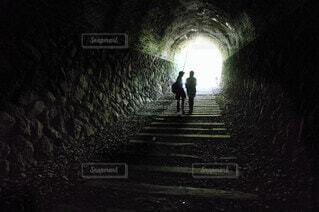 暗闇の中に立っている男の写真・画像素材[3660230]