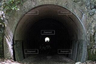 地獄の洞窟を背景に石垣につながるトンネルの写真・画像素材[3660237]