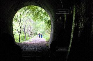 窓の前のトンネルの写真・画像素材[3660236]