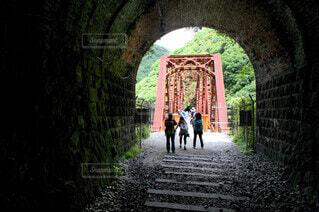 橋を渡って歩いている人の写真・画像素材[3660232]