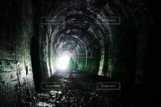 暗い部屋のトンネルの写真・画像素材[3660238]