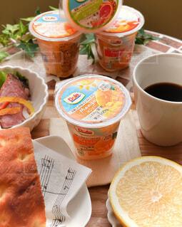 食べ物,コーヒー,朝食,テーブル,果物,カップ,紅茶,菓子,紙,ファストフード,スナック,DOLE,ペストリー,コーヒー カップ,フルーツカップ