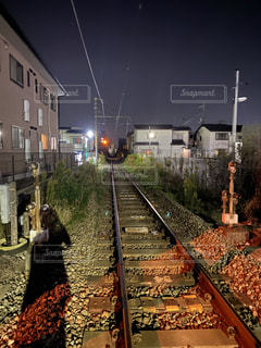 空,夜,夜景,群衆,屋外,駅,線路,信号,鉄道,踏切,車両,レール