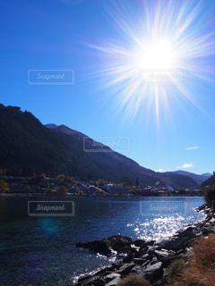 自然,風景,空,屋外,湖,海外,太陽,ビーチ,水面,日光,山,景色,光,旅行,ニュージーランド,クイーンズタウン