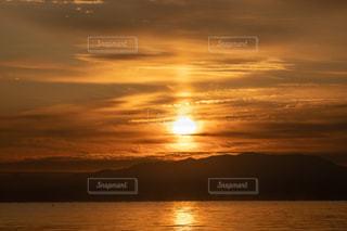 自然,風景,空,冬,屋外,湖,太陽,朝日,雲,綺麗,水面,景色,鮮やか,夜明け,美しい,朝焼け,日の出,朝陽,グラデーション,琵琶湖,湖面,景観,明け方,輝き,サンライズ,クラウド,煌めき,日出,素晴らしい