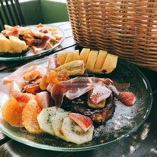 テラスで朝ごはん〜フルーツいっぱいのフレンチトースト〜の写真・画像素材[3147593]