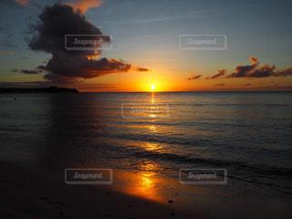 水の体に沈む夕日の写真・画像素材[3028248]