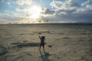 子ども,自然,空,屋外,砂,ビーチ,砂浜,水面,海岸,夕陽