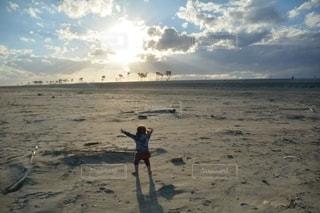 子ども,風景,海,空,太陽,砂,ビーチ,砂浜,水面,人
