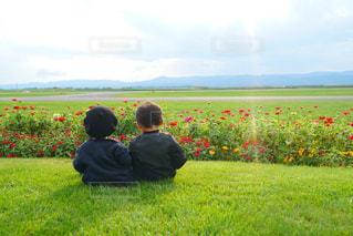 2人,風景,空,公園,屋外,夕暮れ,景色,草,丘,兄弟,友情
