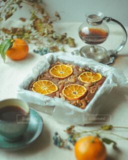 チョコレートケーキとコーヒーのテーブルの写真・画像素材[3997484]