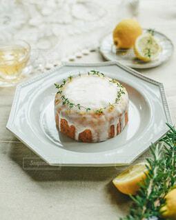 オクトゴナルプレートとレモンケーキの写真・画像素材[3997486]