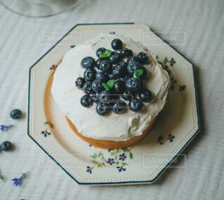アンティークの器とブルーベリーケーキの写真・画像素材[3997485]