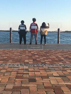 友だち,3人,海,屋外,青春,オソロコーデ