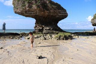 子ども,1人,海,空,屋外,ビーチ,砂浜,海岸,沖縄,岩,人物,赤ちゃん