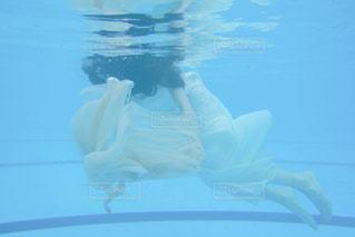 女性,1人,屋外,ワンピース,白,プール,青,水面,水色,水中
