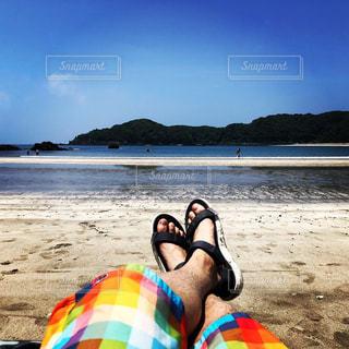 男性,1人,海,空,屋外,ビーチ,サンダル,砂浜,水着,水面,海岸,鮮やか,地面,弓ヶ浜