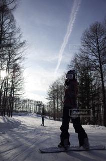 女性,2人,自然,風景,冬,雪,屋外,人,スキー,飛行機雲,スキー場,スノーボード,斜面,ジャケット,日中,冷
