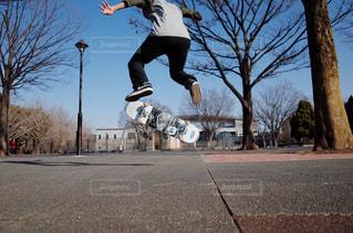 スケートボードでトリックをしている若者が空中に飛び込むの写真・画像素材[3032727]