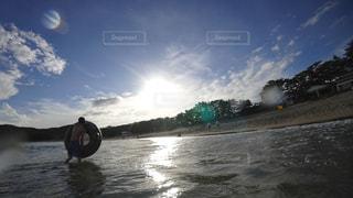 ビーチで遊ぶ男性の写真・画像素材[3032766]