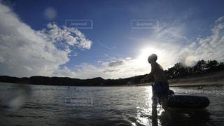 海辺で遊ぶ男性の写真・画像素材[3032767]