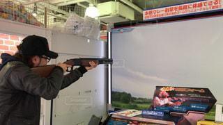 ゲームセンターでクレー射撃のゲームをガチでプレイする男性2の写真・画像素材[3032818]
