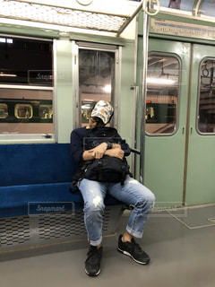電車で寝過ごした男性の写真・画像素材[3032870]