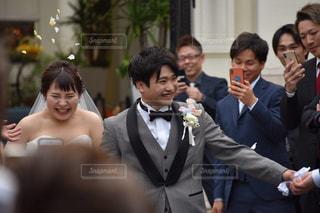 男性,友だち,花,結婚式,ドレス,人,笑顔,結婚,幸せ,新郎新婦,ネクタイ,スーツ,式,結婚式ドレス