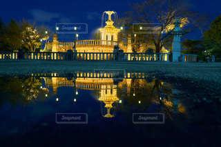 公園,夜,夜景,雨,屋外,黄色,水たまり,水面,城,反射,都会,噴水,雨上がり,ミラー,水溜まり