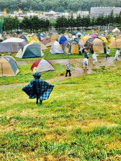 子ども,フェス,雨,屋外,草原,景色,キャンプ,テント,野外フェス