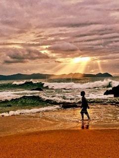 子ども,家族,風景,海,夕日,太陽,ビーチ,砂浜,波,光,男の子