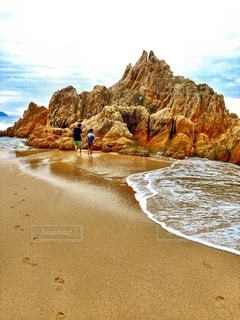 子ども,家族,自然,風景,海,空,屋外,砂,ビーチ,砂浜,水面,海岸,山,岩,崖,冒険,はじまり