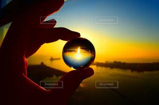 夕焼けと水晶玉の写真・画像素材[3400981]