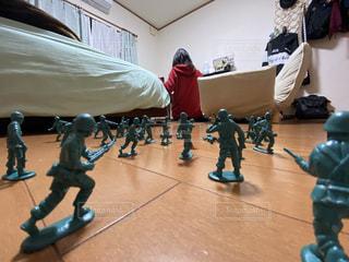屋内,部屋,床,人,小さい,おもちゃ,小人,戦争,襲撃