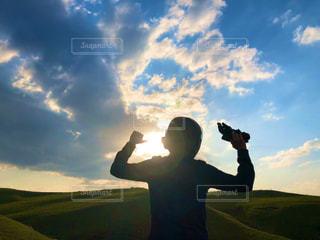 男性,自然,風景,空,屋外,太陽,草原,雲,光,人,夕陽,くもり,日中,クラウド,バイク乗り