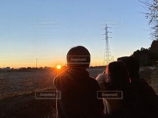 家族,自然,風景,空,屋外,朝日,親子,綺麗,影,子供,オレンジ,日の光,逆光,人,眩しい,神秘的,正月,お正月,幼児,日の出,男の子,新年,初日の出,コントラスト,輝く,パワー,早起き,3歳,6歳,自然の色,iPhone11ProMax,初日のでパワー